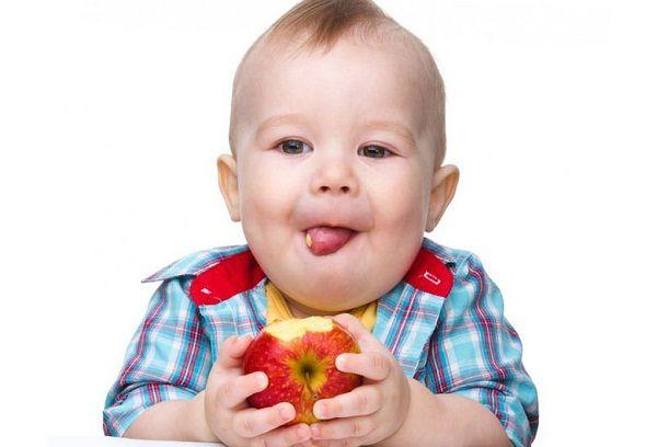 ребенок ест яблоко