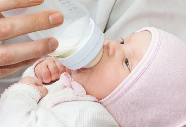 Кормление новорожденного из бутылочки