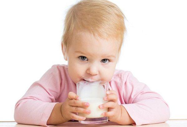 Коровье молоко для грудничка – с какого возраста можно вводить в рацион ?