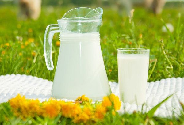 молоко в стеклянном кувшине