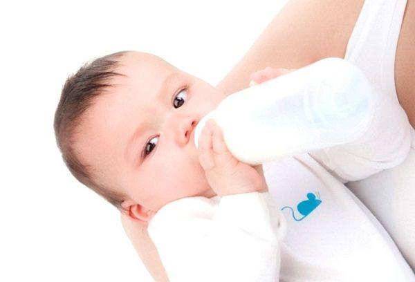 новорожденный ест с бутылочки