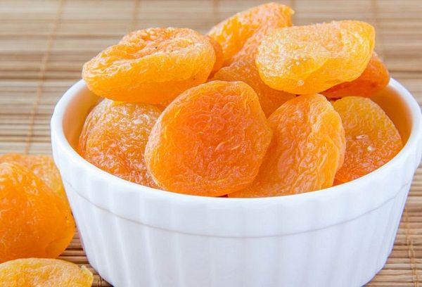сушеные абрикосы в миске