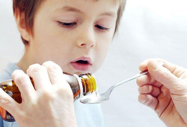 мальчик наливает сироп на ложку
