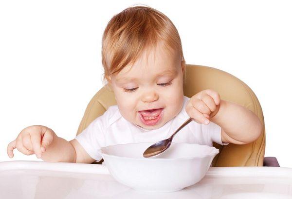 Со скольки месяцев можно давать ребенку манную кашу в виде прикорма?