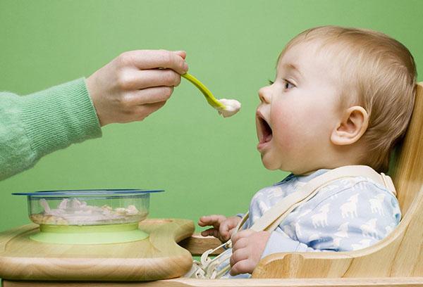 Кормление ребенка кашей
