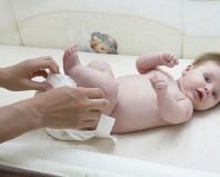 Замена памперса новорожденному