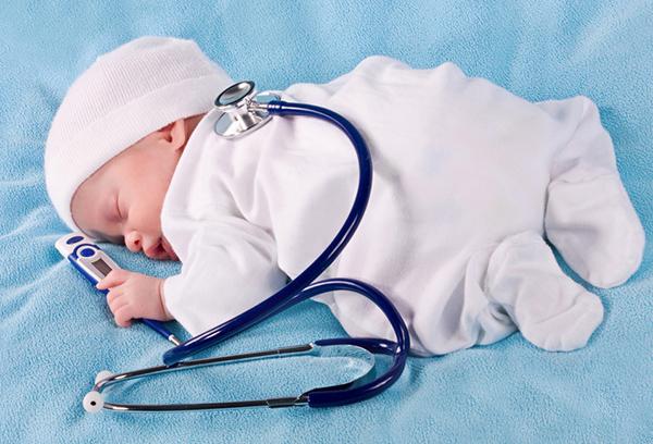 Новорожденный с термометром