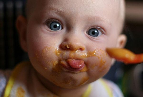 Малыш измазал лицо при кормлении