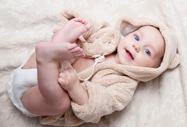 Младенец в подгузнике