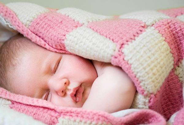 Укутанный младенец спит