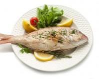 приготовленная рыба на тарелке
