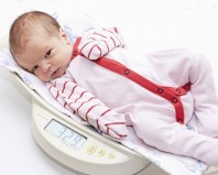 Новорожденный на весах