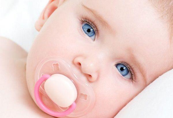 голубоглазый новорожденный малыш