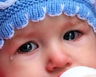 Течет слеза у ребенка из одного глаза