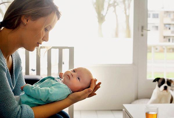 Молодая мама с младенцем на руках