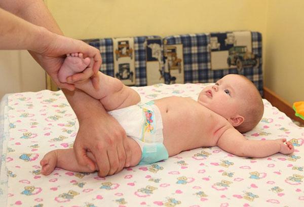 Во сколько месяцев ребенок начинает переворачиваться и как ему помочь?