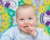 ребенок с хлебом