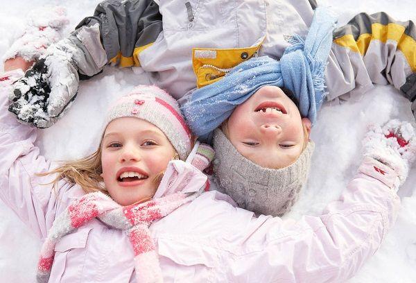 мальчик и девочка лежащие на снегу