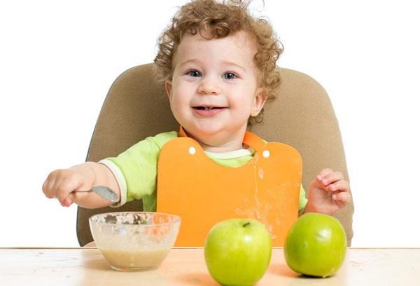 ребенок ест яблочное пюре