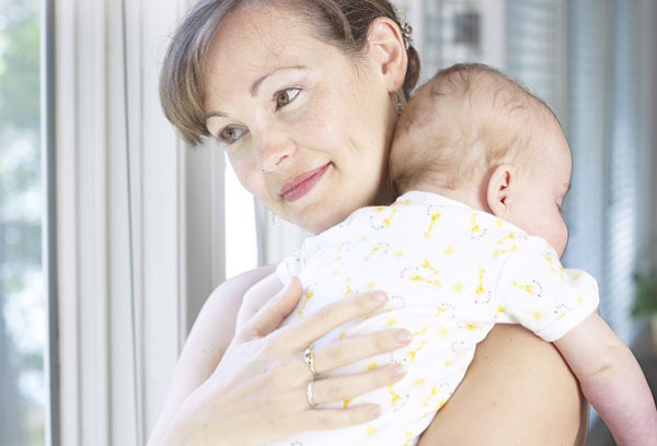Новорожденный спит у мамы на руках