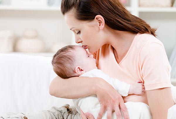 Как правильно держать ребенка столбиком, сколько и зачем это нужно?