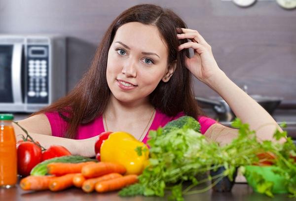 девушка и овощи на столе
