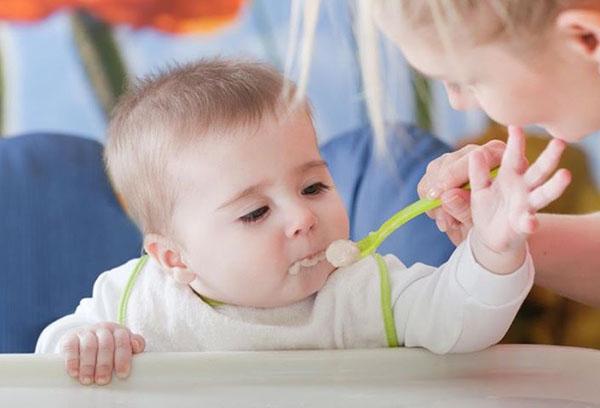 Кормление малыша с ложечки