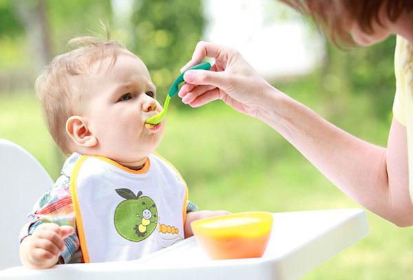 Кормление ребенка яблочным пюре