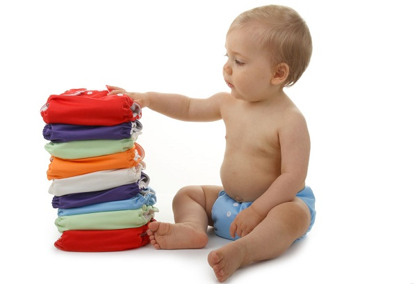 малыш и цветные подгузники