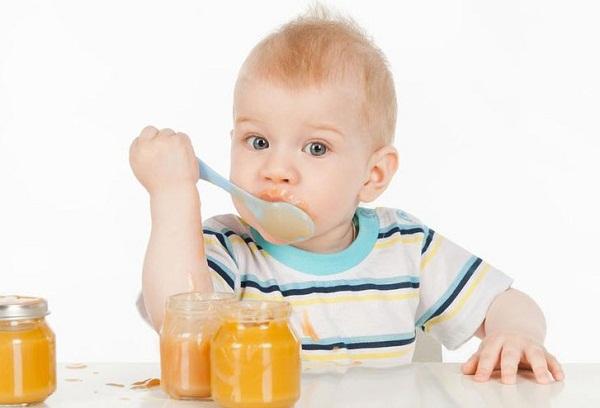 малыш ест пюре