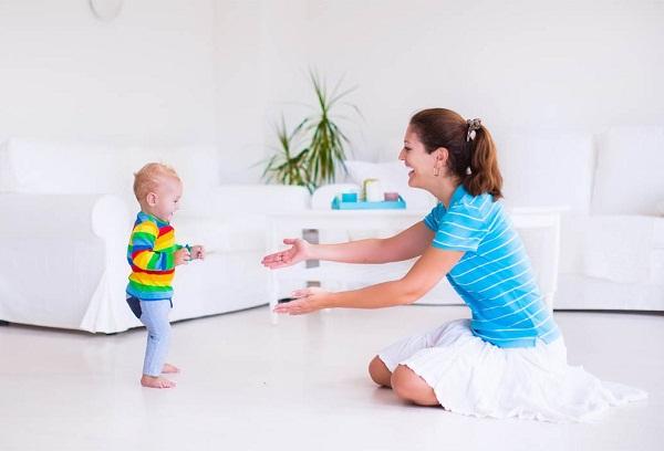 мальчик играет с мамой