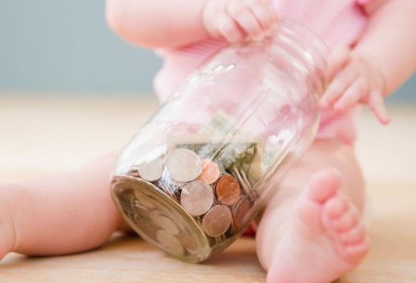 малыш играет с монетами