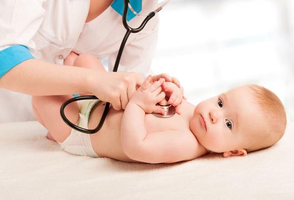 врач слушает биение сердца ребенка