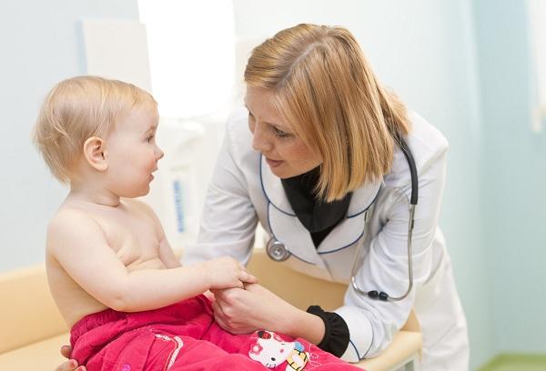 врач педиатр с новорожденным