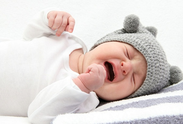 плачущий новорожденный ребенок