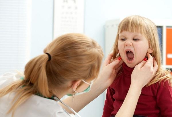 врач осматривает девочку