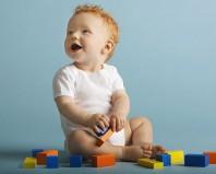 Ребенок играет деревянным конструктором