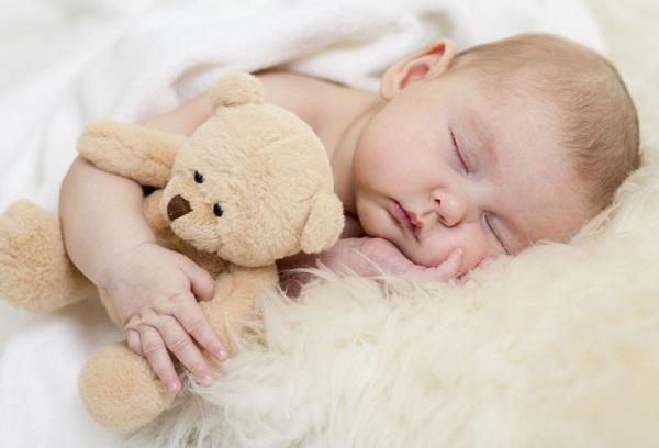 спящий малыш с плюшевой мишкой