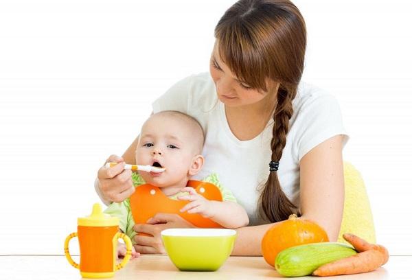 женщина кормит ребенка