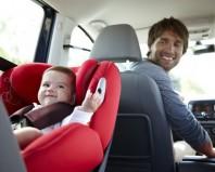 малыш в люльке в машине