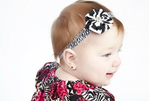 Когда лучше прокалывать уши ребенку: возраст и время года