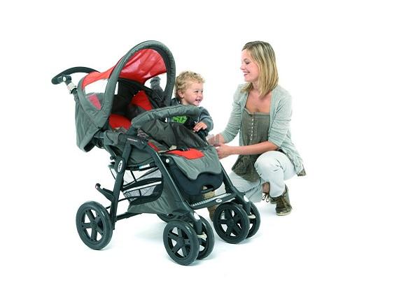 малыш с масой у коляски
