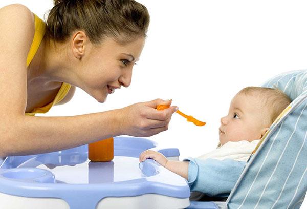 Кормление малыша фруктовым пюре