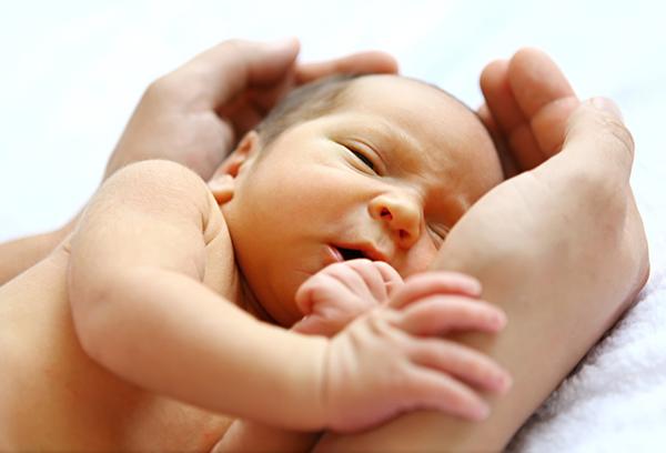 Малыш в руках у мамы