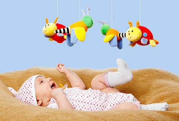 новорожденный и игрушки