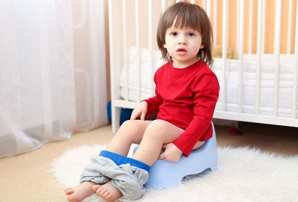 Ребенок редко писает: почему, причины состояния и что делать?