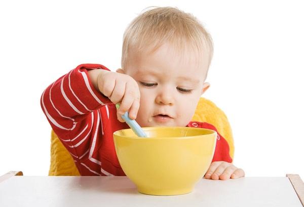 ребенок ест суп