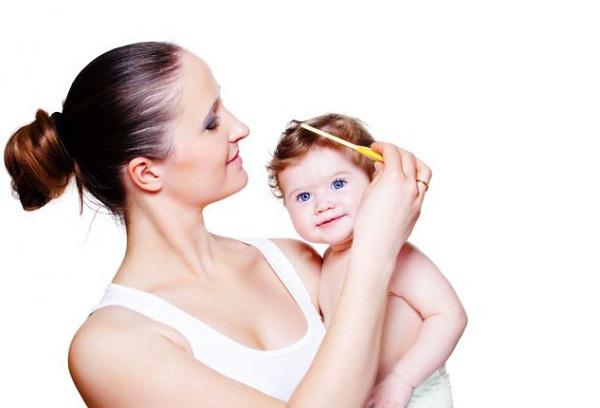 мама расчесывает волосы малышу