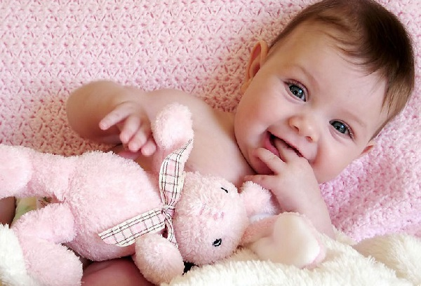 новорожденный ребенок улыбается