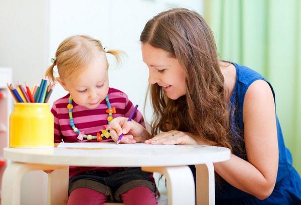 мама учит ребенка писать